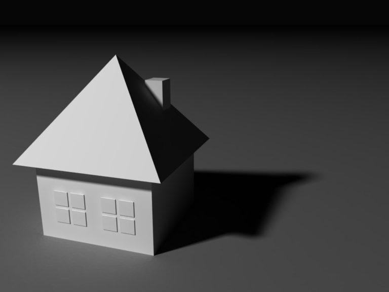 Przebudowa strychu w domu z mansardowym dachem